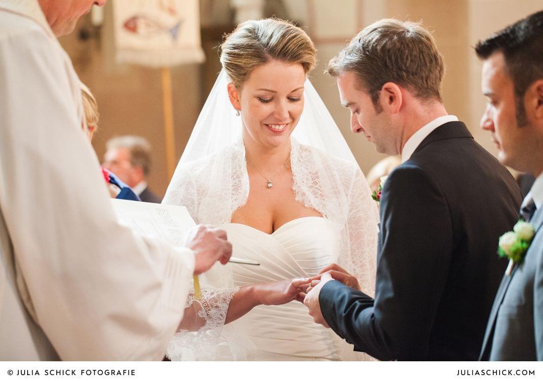 Brautpaar während der Trauung in der Herz-Jesu Kirche Heeren