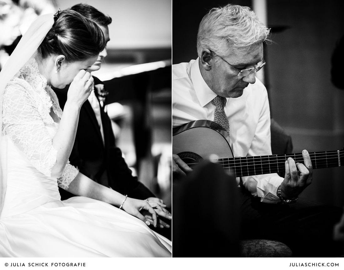 Weinende Braut bei Trauung und Gitarrist während der Trauung in der Herz-Jesu-Kirche Heeren