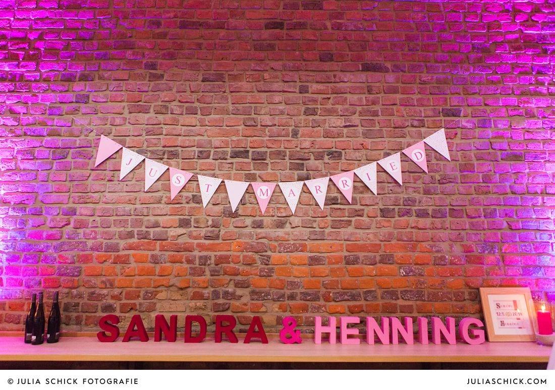 Wimpelkette und Papbuchstaben bei Hochzeit auf Gut Kump in Hamm