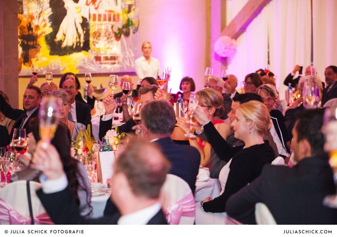 Sich zu prostende Gäste bei Hochzeit auf Gut Kump, Hamm