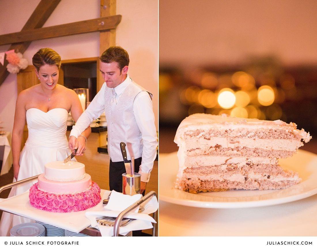 Hochzeitspaar schneidet Hochzeitstorte auf Gut Kump in Hamm an, fotografiert von Hochzeitsfotografin Julia Schick