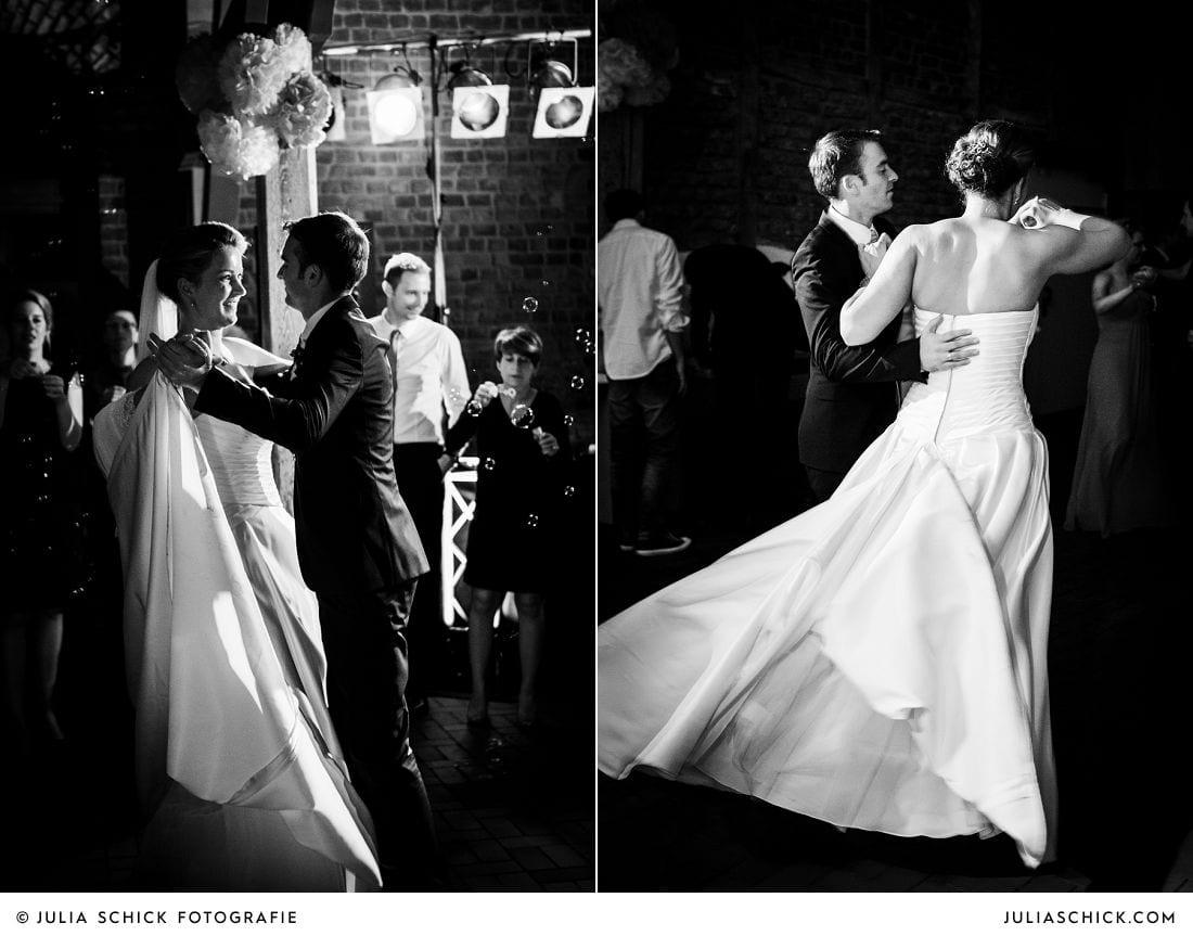 Tanzendes Brautpaar bei Hochzeit auf Gut Kump in Hamm Hochzeitsfotografin