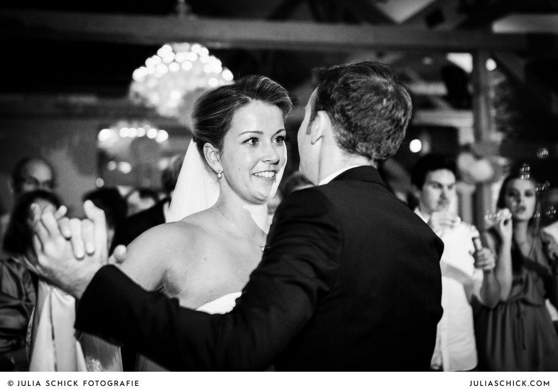 Tanzendes Brautpaar bei Hochzeit auf Gut Kump