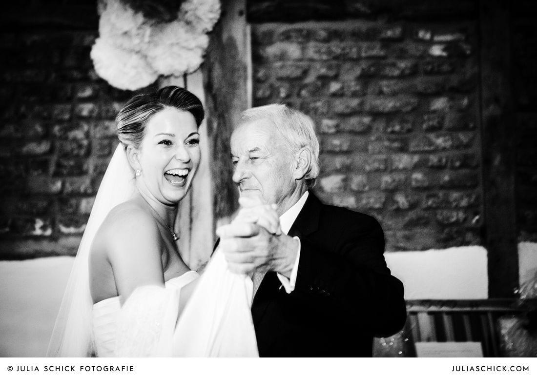 Braut tanzt mir ihrem Vater bei Hochzeit auf Gut Kump Hamm Hochzeitsfotografin