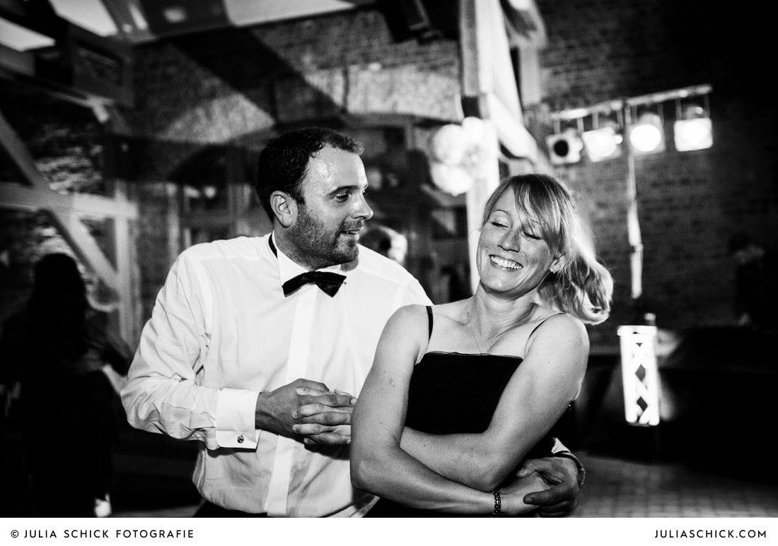 Ausgelassen tanzende Gäste bei einer Hochzeit auf Gut Kump, Hochzeitsfotografin Hamm