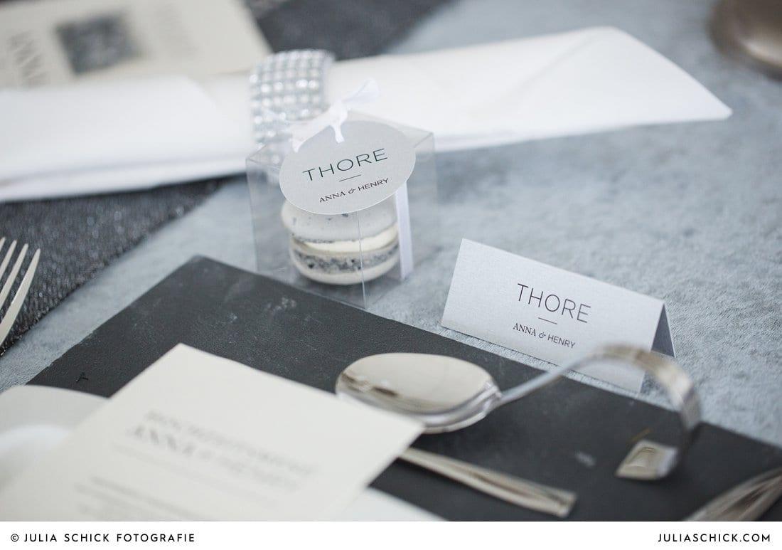 hochzeitspapeterie und Macaron als Hochzeitsgastgeschenk auf Schieferplatte und Samt bei Hochzeits- Style Shootim Fleet 3 in Hamburg Finkenwerder