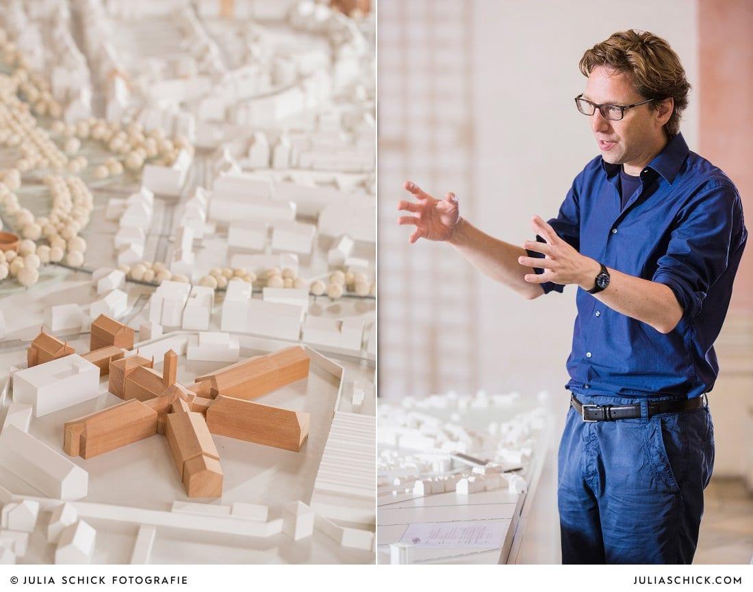 Architekt Stefan Rethfeld vor dem Münster Modell in der Dominikanerkirche in Münster