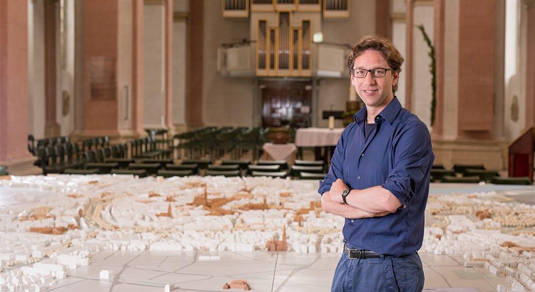 Stefan Rethfeld, Architekt vor dem Münster Modell in der Dominikanerkirche