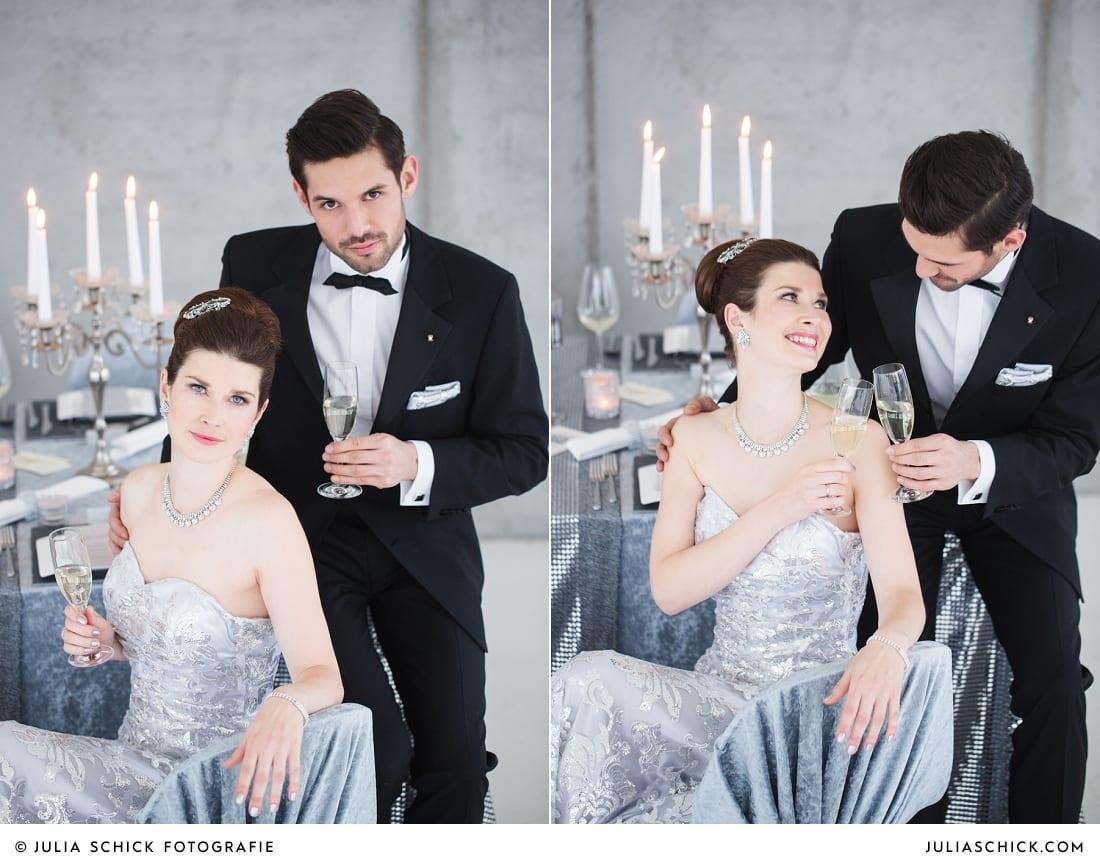 Brautpaar in Hochzeitsoutfits von MM Couture und Tischdekoration passend zum Hochzeitskonzept zum Thema Beton meets Glamour im Fleet 3 in Hamburg Finkenwerder