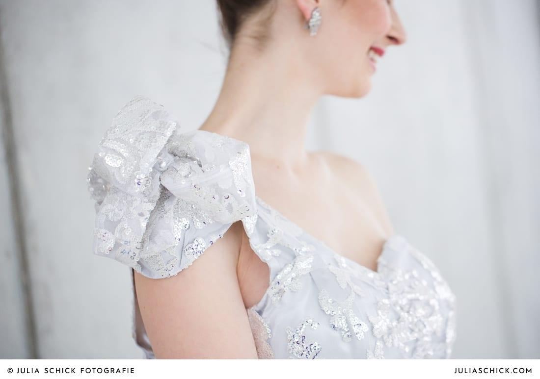 Detail an Brautkleid von MM Couture vor Betonwand im Fleet3