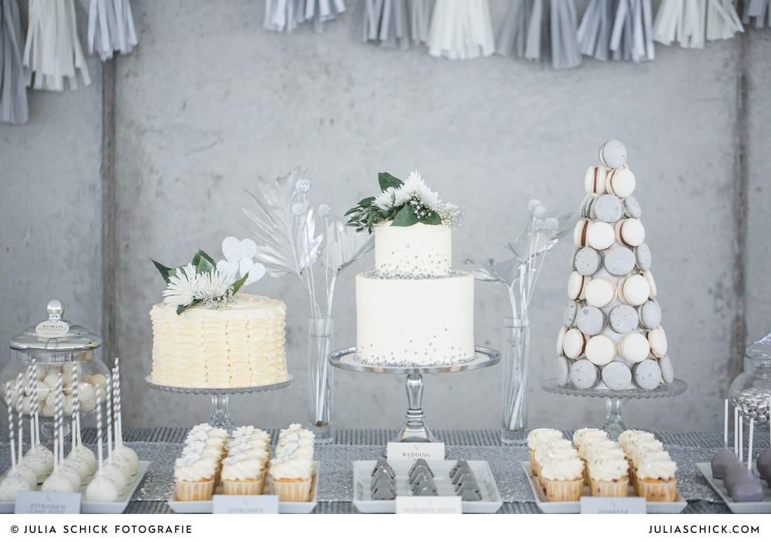 Hochzeitstorten Macarons in Betonoptik auf Candybar und Sweettable von Zuckermonarchie vor Betonwand in der Hochzeitslocation Fleet3 in Hamburg Finkenwerder