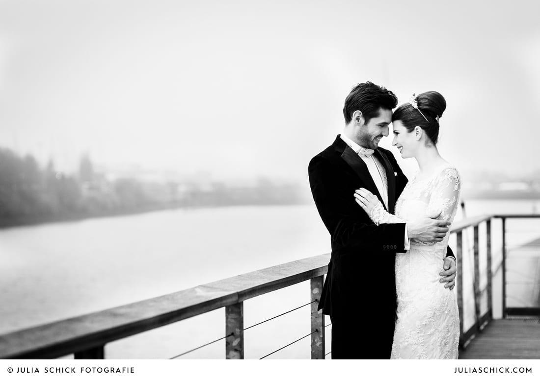 Brautpaar auf dem Balkon der Hochzeitslocation Fleet 3 im Hamburger Hafen