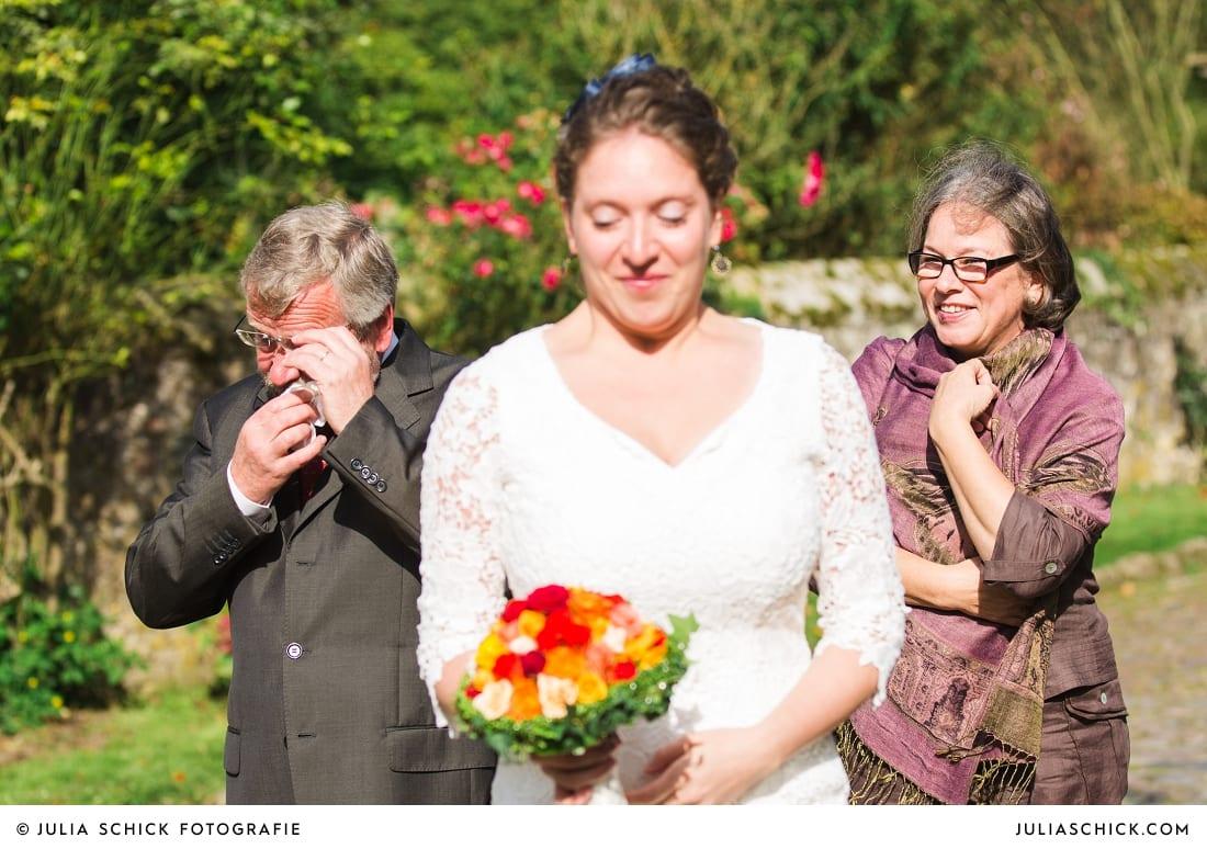 Weinende Eltern und Braut vor Trauung auf Haus Marck