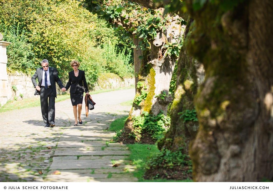 Eltern des Bräutigames auf dem Weg zur Trauung auf Haus Marck