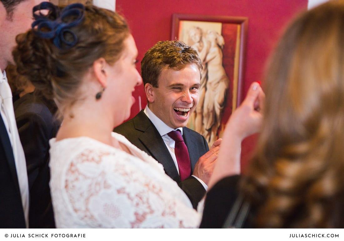 Lachender Gast bei standesamtlicher Hochzeit