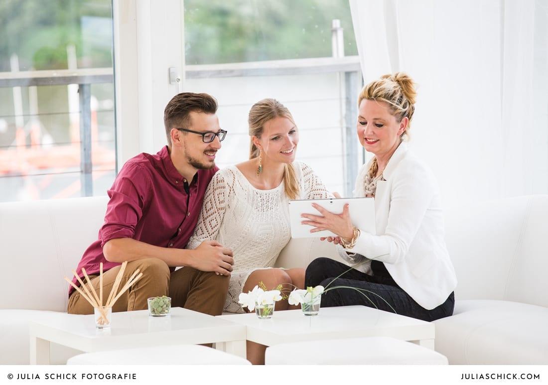Maike Berhens von MM Soirée berät ein Brautpaar bei der Hochzeitsplanung im Fleet3 in Hamburg Finkenwerder
