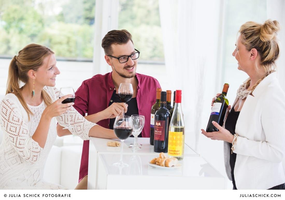 Maike Behrens von MM Soirée berät ein Brautpaar bei einer Weinprobe im Fleet3 in Hamburg Finkenwerder
