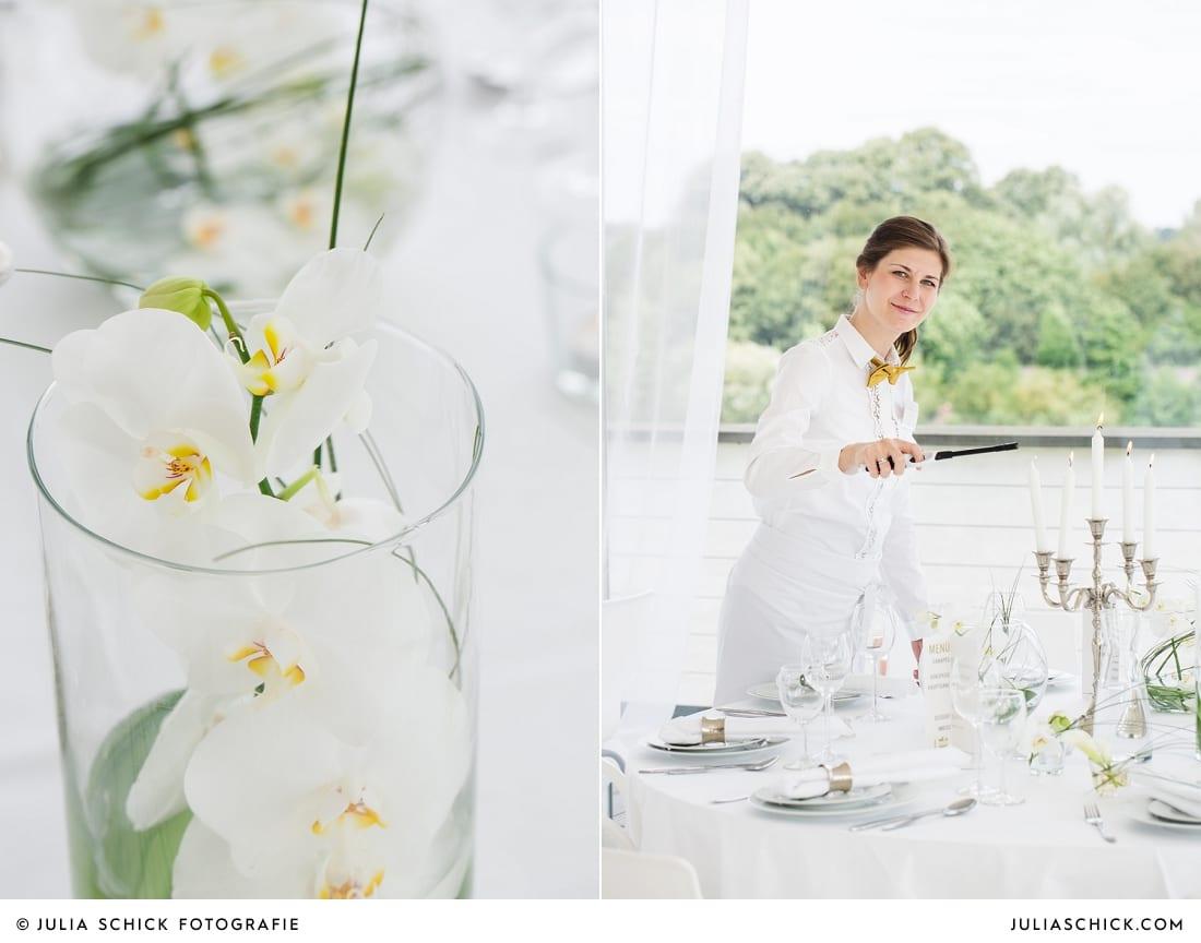 Kellnerin entzündet Kerzen an rundem Tisch mit Hochzeitsdekoration im Fleet 3 in Hamburg Finkenwerder