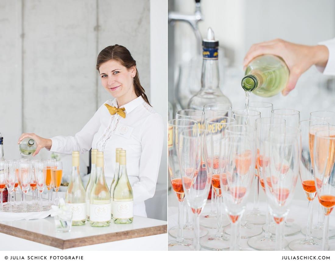 Kellnerin an der Bar schenkt Sekt ein auf einer Veranstaltung organisiert von MM Soirée im Fleet3 in Hamburg Finkenwerder