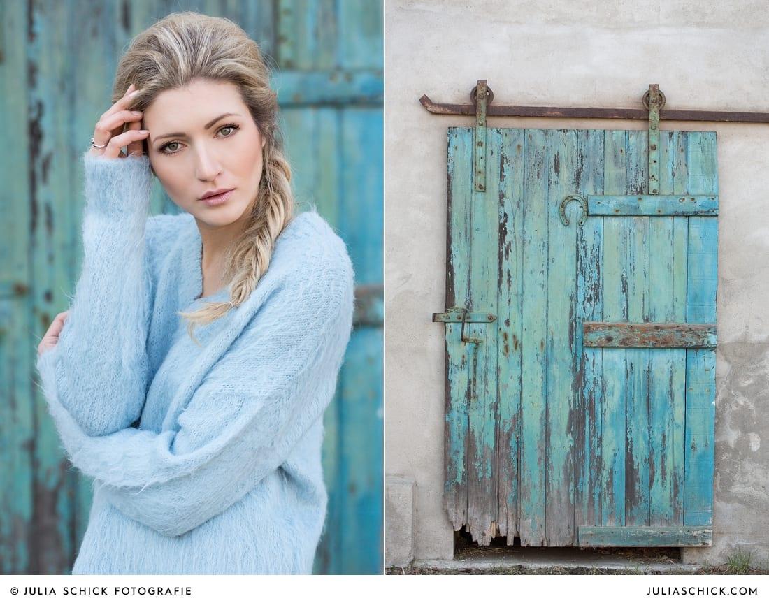 Fashionshooting von Modefotografin Julia Schick und Make-up-Artist Sandra Globke. Frau in blauem Angora-Pullover von H&M vor türkisem Tor in Bochum.