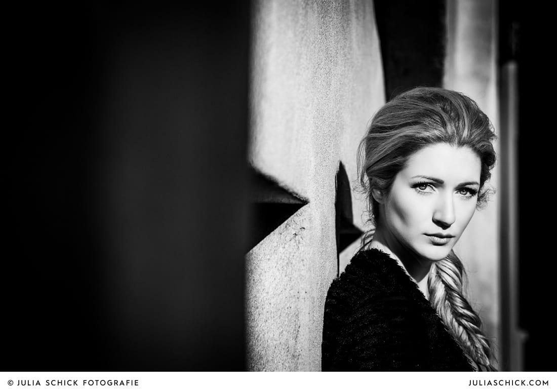 Fashionshooting von Modefotografin Julia Schick und Make-up-Artist Sandra Globke. Model mit BH und schwarzer Jacke