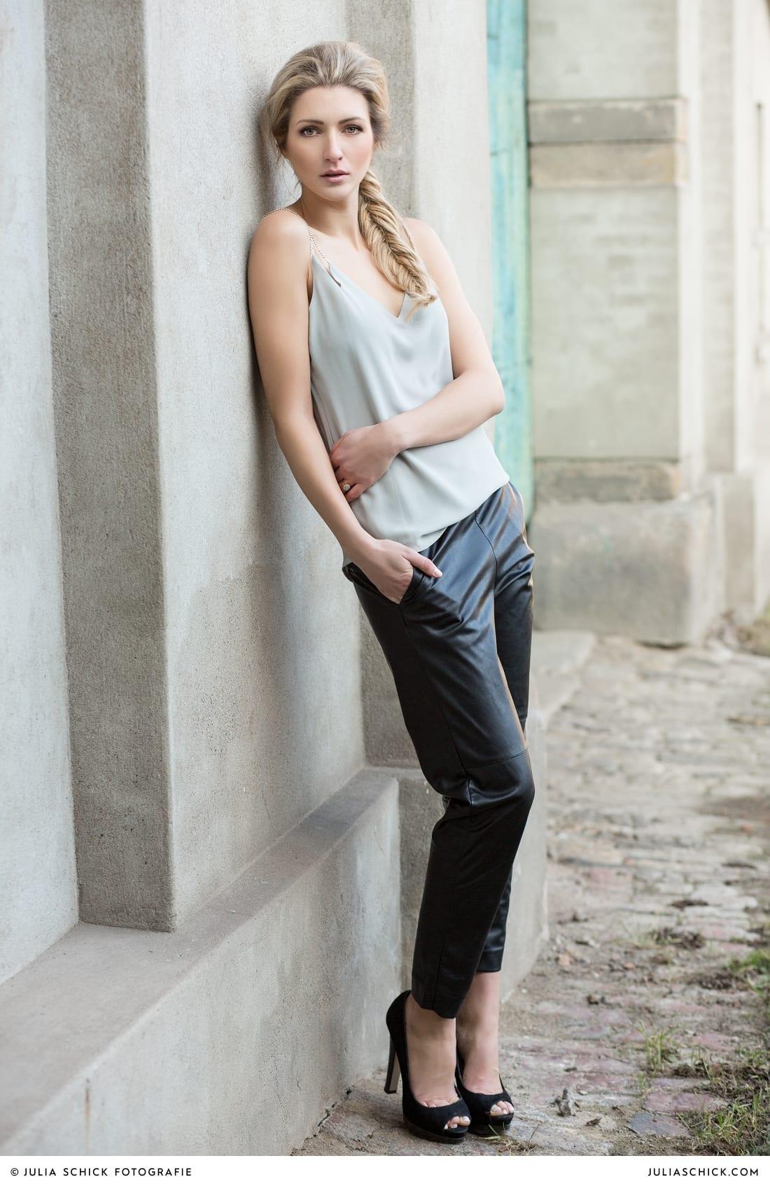 Fashionshooting von Modefotografin Julia Schick und Make-up-Artist Sandra Globke. Model mit Sommeroutfit von H & M