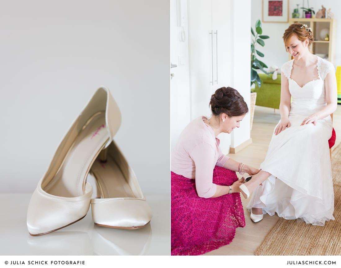 Trauzeugin hilft Braut beim Schuhe anziehen in Gelsenkirchen