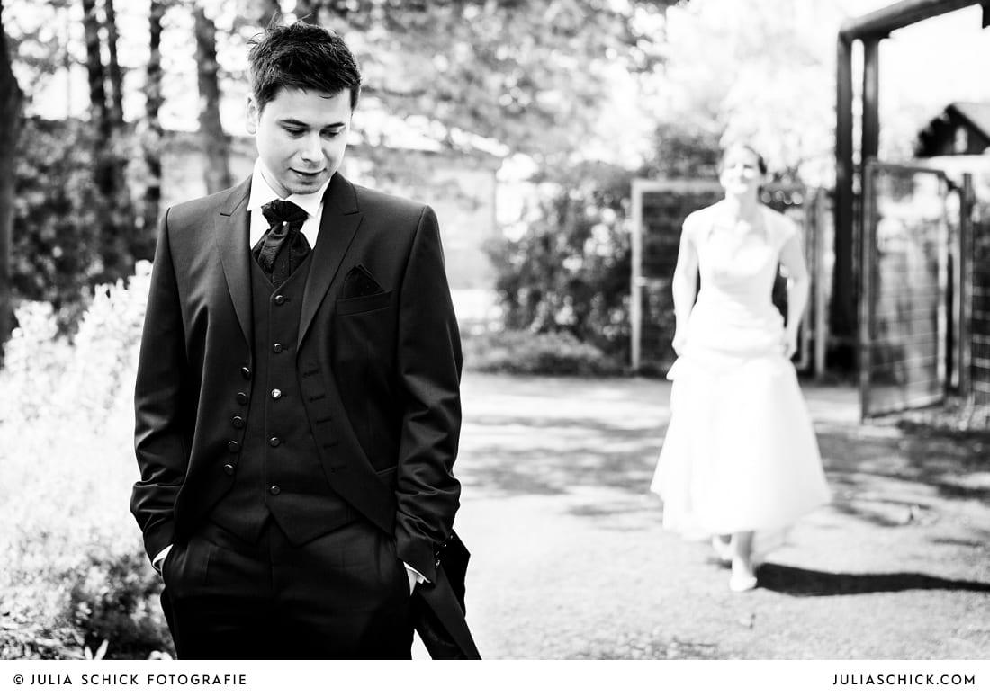 Bräutigam wartet auf Braut bei First Look auf der Künstlerzeche Unser Fritz in Herne
