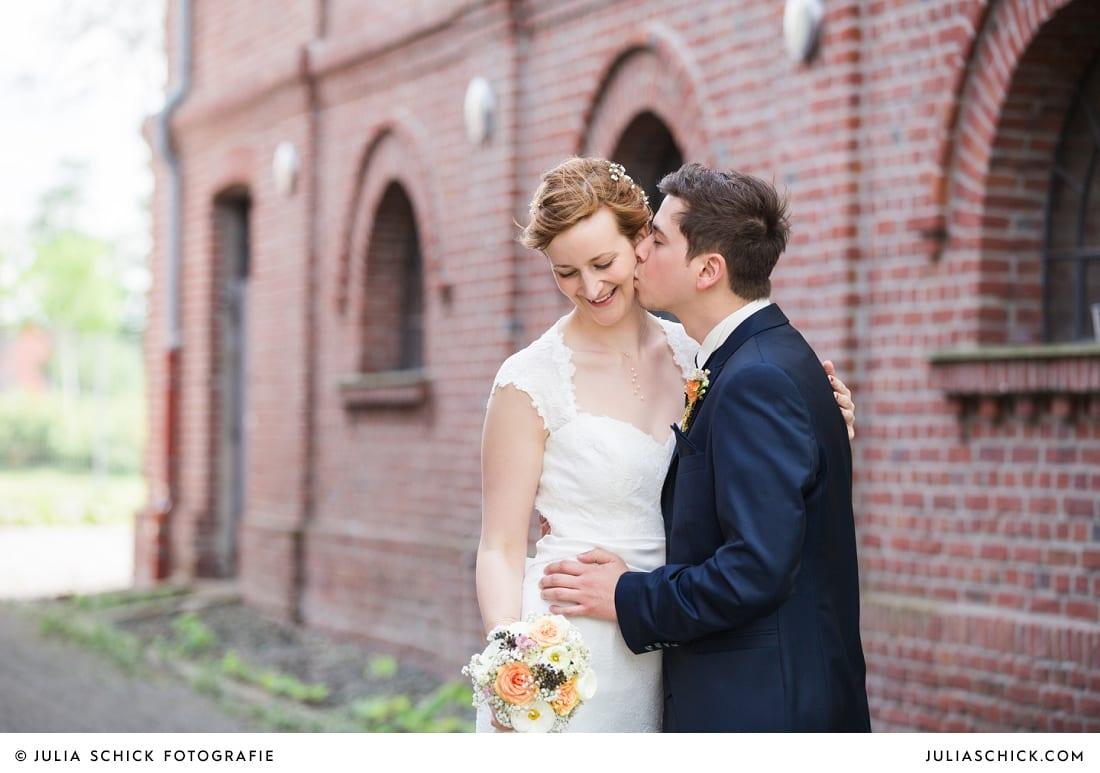Brautpaar beim Hochzeitsfotoshooting auf der Künstlerzeche Unser Fritz in Herne