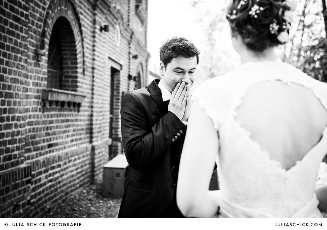 Bräutigam sieht Braut zum ersten mal bei First Look auf der Künstlerzeche Unser Fritz in Herne