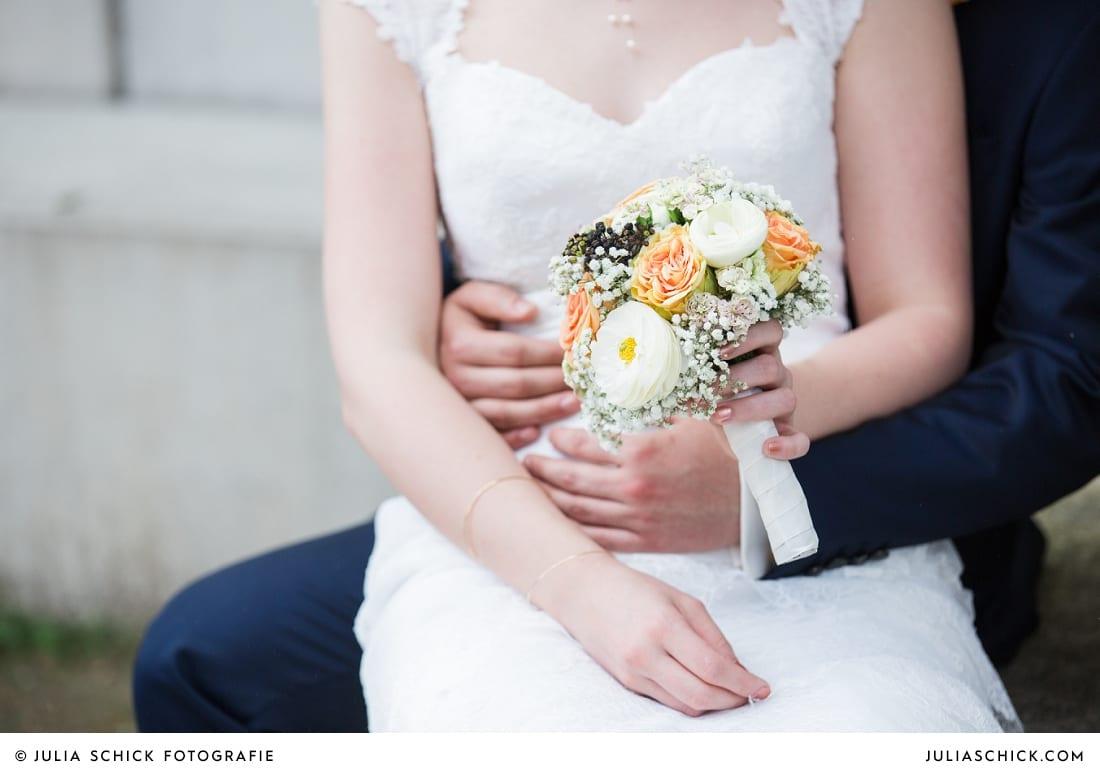 Brautstrauß auf Schoss der Braut bei Hochzeitsfotoshooting Brautpaar beim Hochzeitsfotoshooting auf der Künstlerzeche Unser Fritz in Herne
