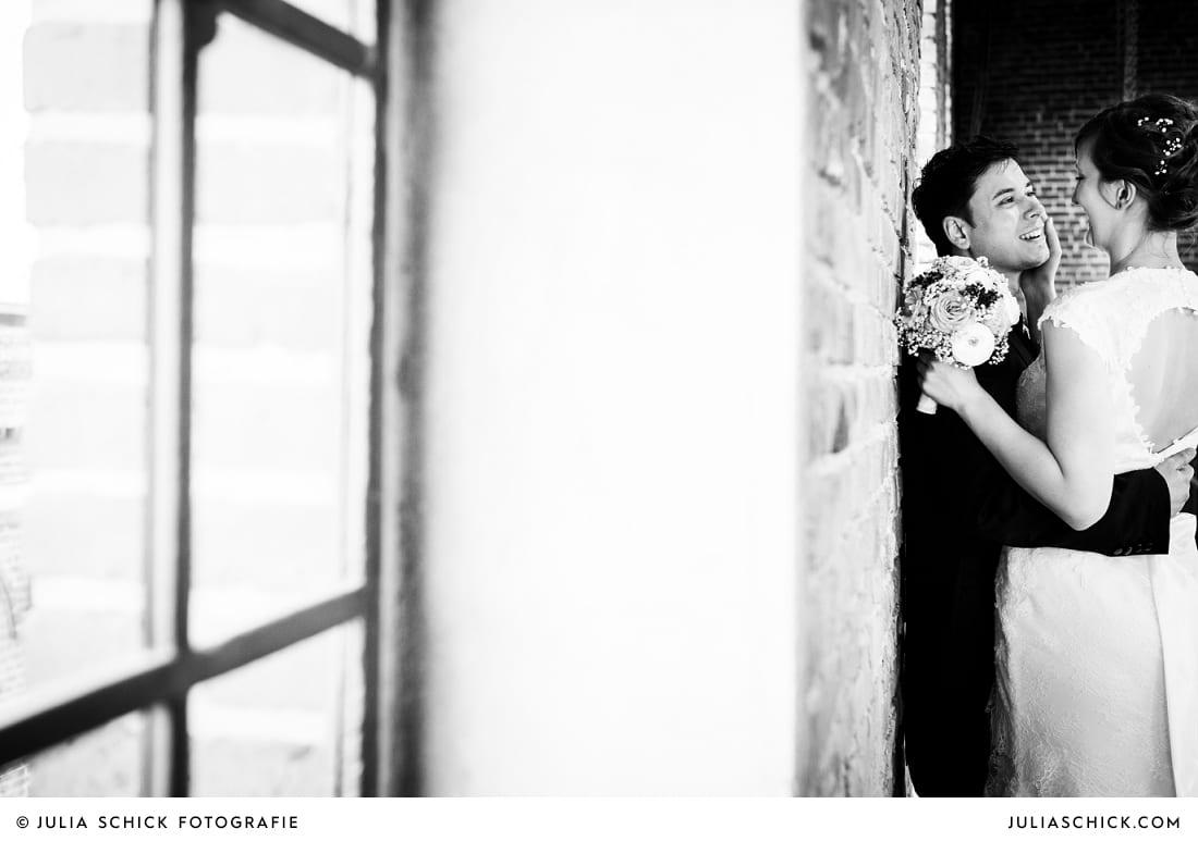 Brautpaar vor Betonwand beim Hochzeitsfotoshooting Brautpaar und Hochzeitsdekoration beim Hochzeitsfotoshooting auf der Künstlerzeche Unser Fritz in Herne