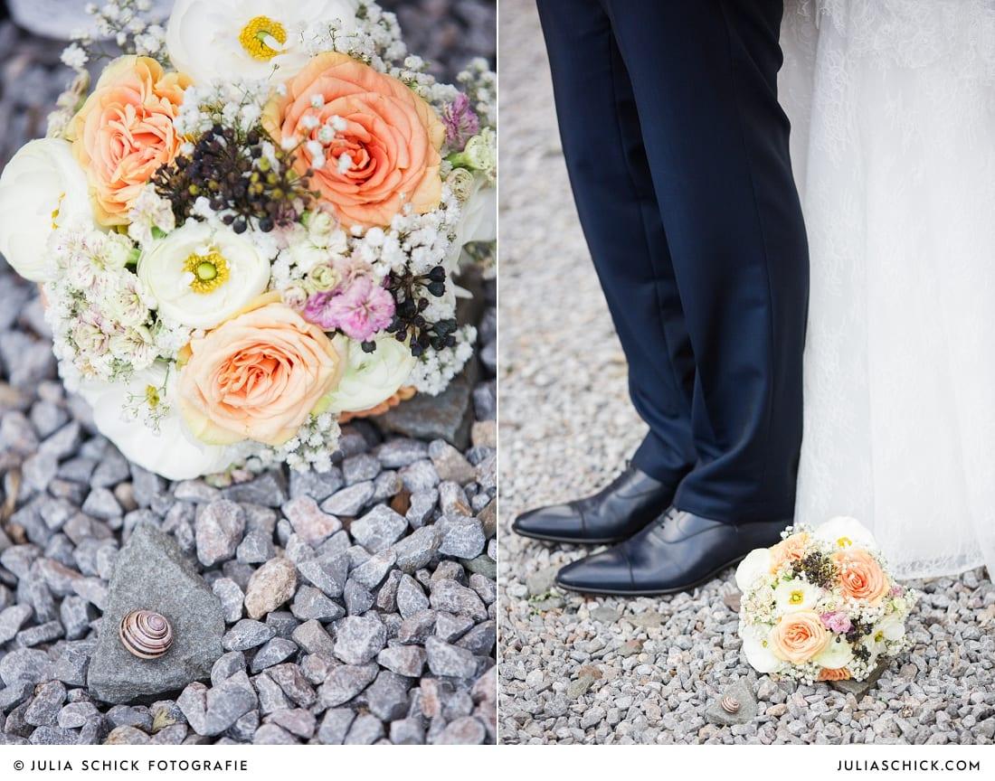 Brautstrauß mit weißen und pfirsichfarbenen Blumen