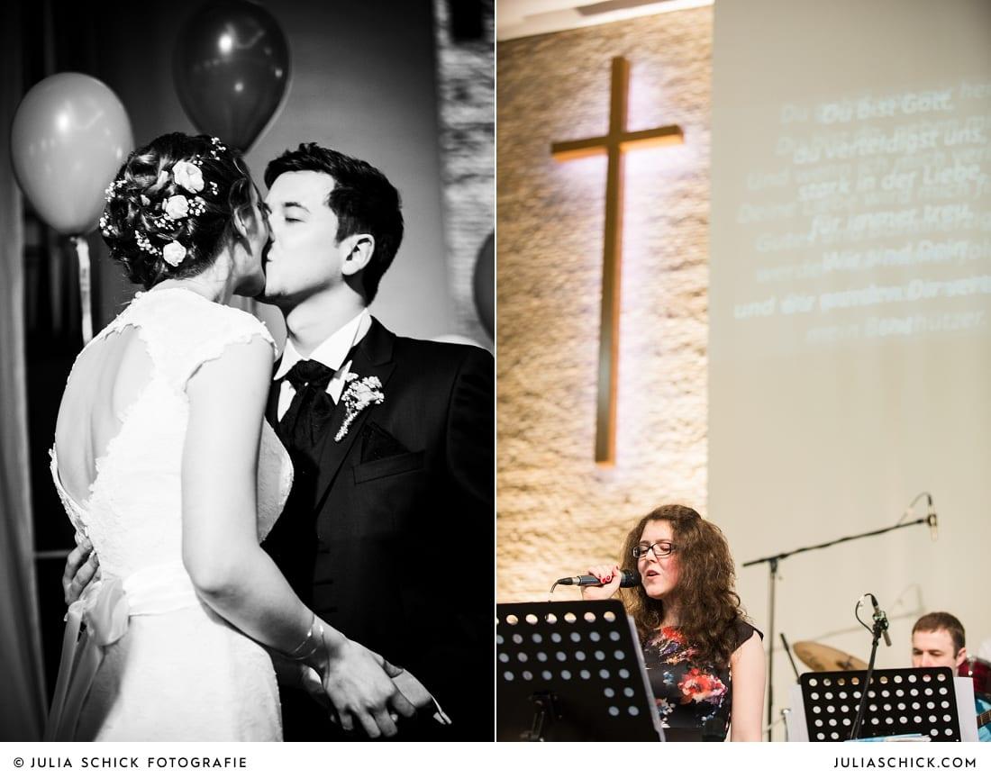 Küssendes Brautpaar bei kirchlicher Trauung in Gelsenkirchen