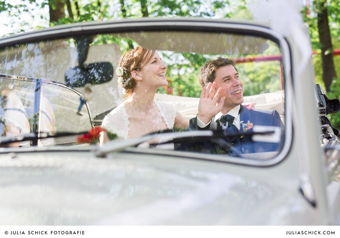 Brautpaar in grauem VW Käfer vor Sichtbetonwand an der Künstlerzeche Unser Fritz in Gelsenkirchen