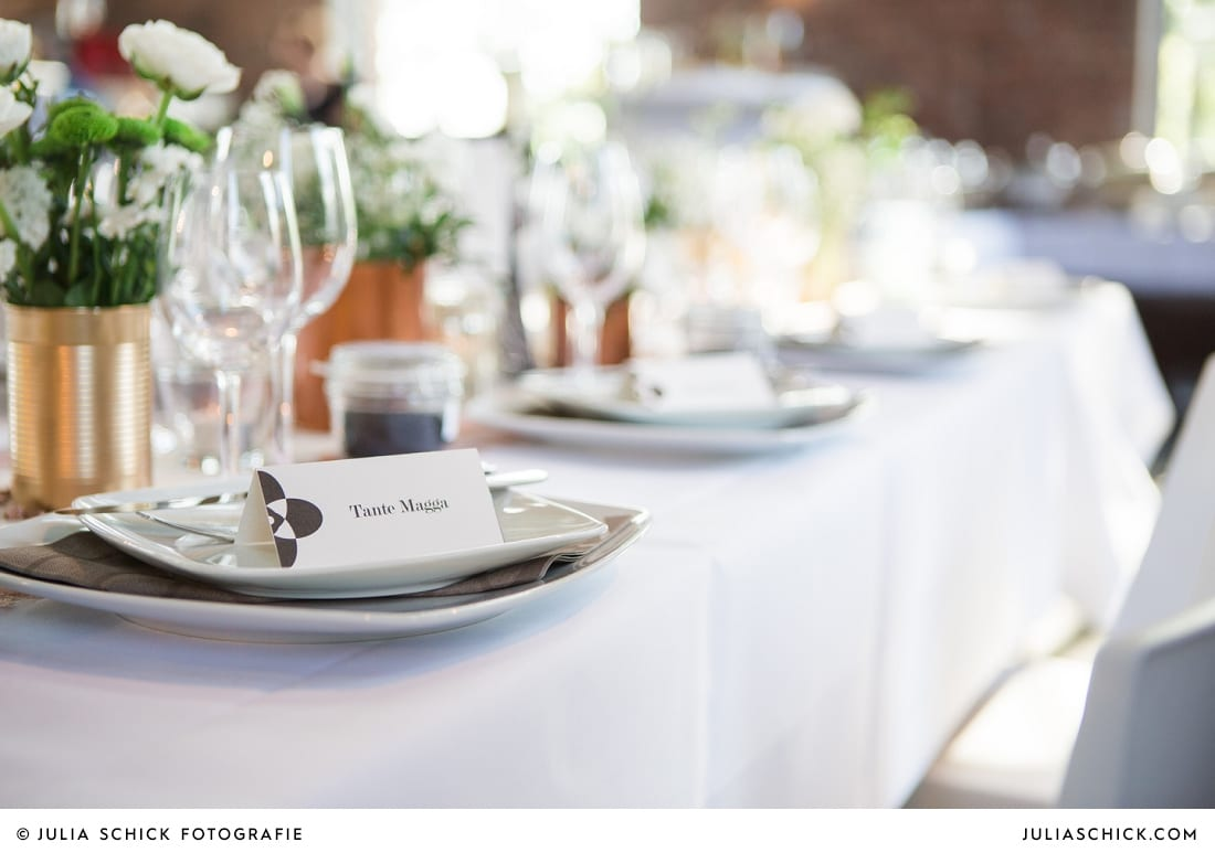 Namensschild und Tischdekoration bei Hochzeitsfeier auf der Künstlerzeche Unser Fritz in Herne