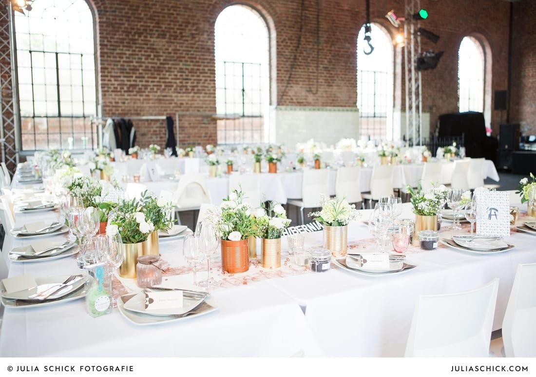 Namensschild, Menükarten und Tischdekoration mit Konservendosen bei Hochzeitsfeier auf der Künstlerzeche Unser Fritz in Herne
