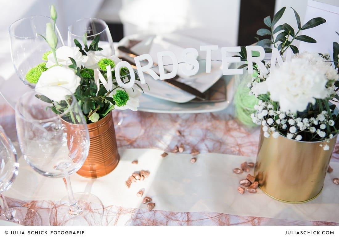 Tischnummer und Tischdekoration mit Konservendosen bei Hochzeitsfeier auf der Künstlerzeche Unser Fritz in Herne