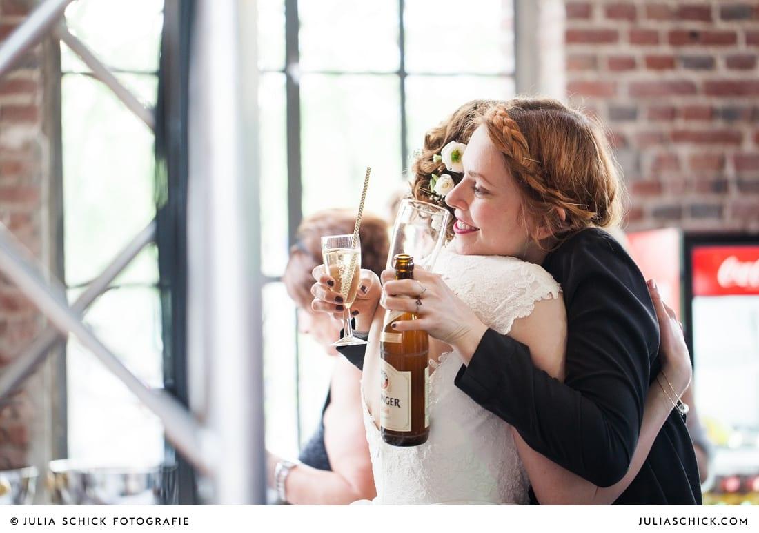 Braut umarmt Gast bei Hochzeitsfeier in Künstlerzeche Unser Fritz in Herne