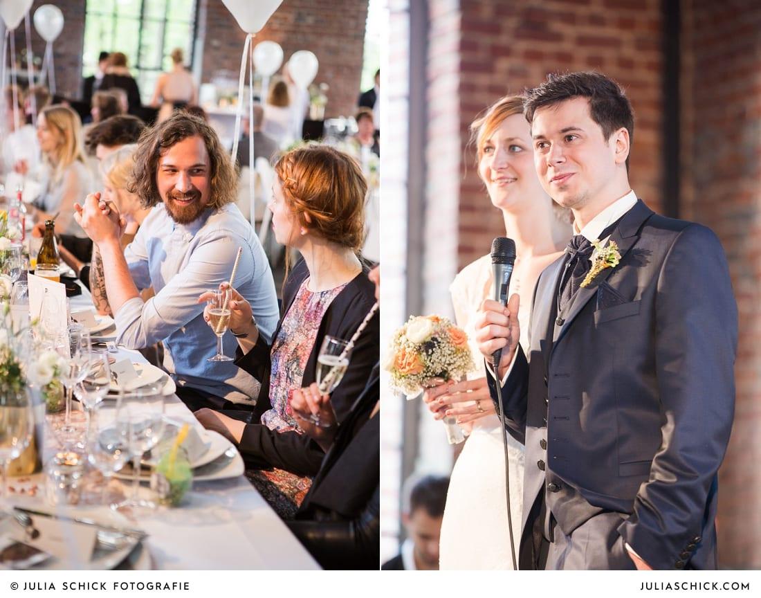 Brautpaar hält Rede vor Gästen bei Hochzeitsfeier in Künstlerzeche Unser Fritz in Herne