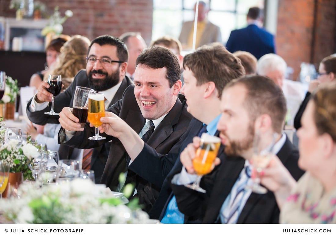 Gäste stoßen an bei Hochzeit auf der Künstlerzeche Unser Fritz in Herne