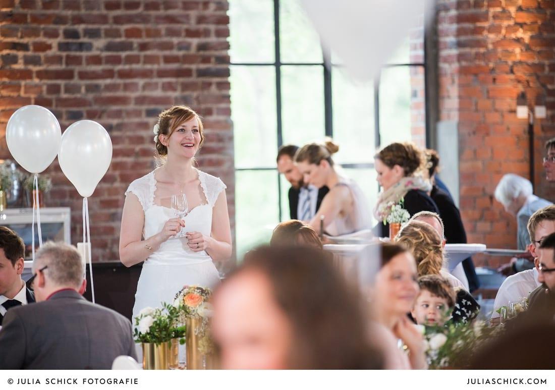 Braut hört zu während Band on a Sunday performt bei Hochzeit auf der Künstlerzeche Unser Fritz in Herne