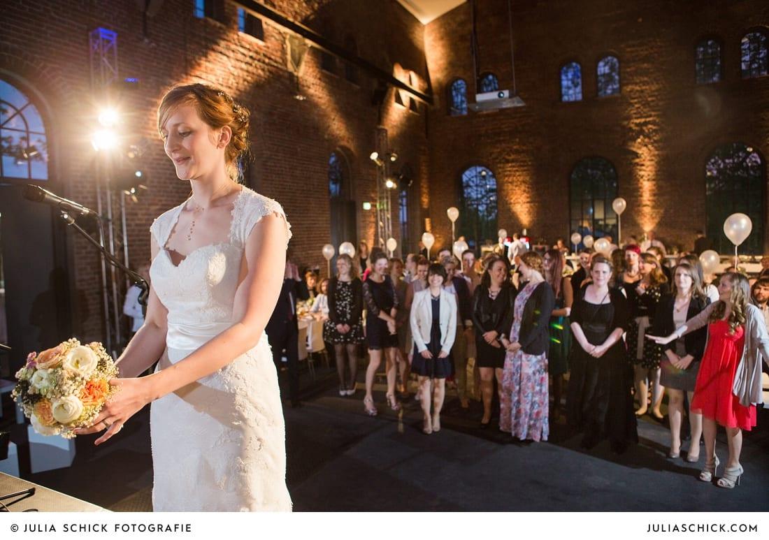 Braut wirft Brautsstrauß auf der Künstlerzeche Unser Fritz in Herne