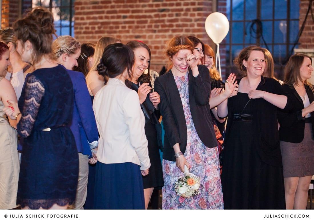 Gast fängt Brautsstrauß auf der Künstlerzeche Unser Fritz in Herne