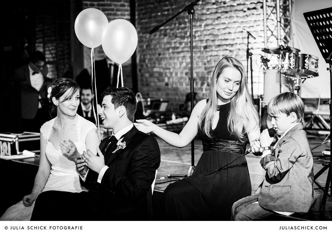 Brautpaar bei Spielen bei Hochzeitsfeier auf der Künstlerzeche Unser Fritz in Herne