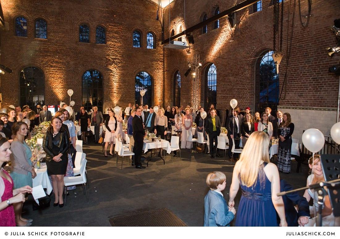 Gäste bei Hochzeitsfeier auf der Künstlerzeche Unser Fritz