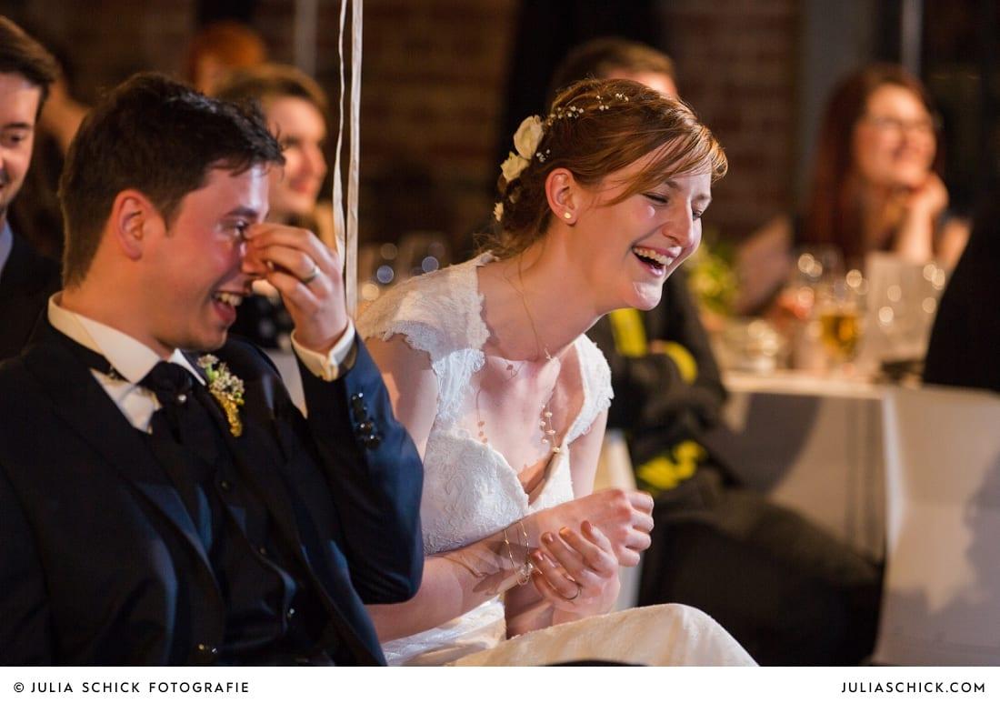 Lachendes Brautpaar bei Hochzeitsfeier auf der Künstlerzeche Unser Fritz