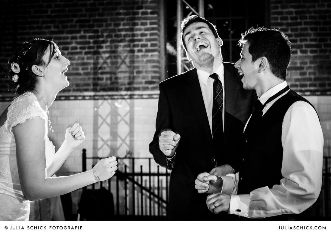 Lachendes Tanzendes Brautpaar bei Hochzeitsfeier in der Künstlerzeche Unser Fritz in Herne