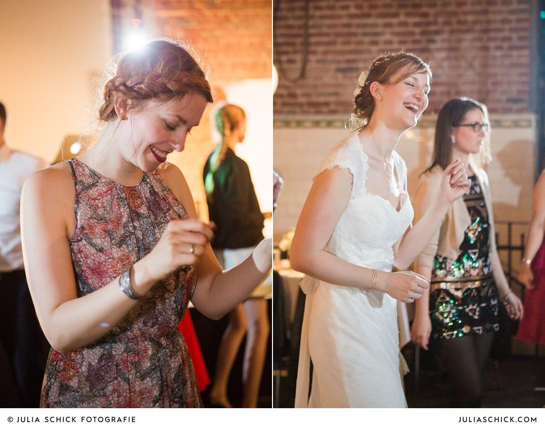 Tanzende Hochzeitsgäste und Braut bei Hochzeitsfeier auf der Künstlerzeche unser Fritz in Herne