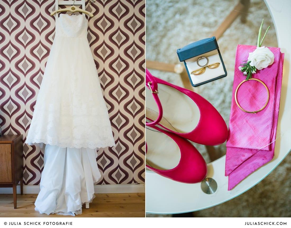 Hochzeitskleid von Pronovials vor einer gemusterten Tapete, Brautschuhe in pink